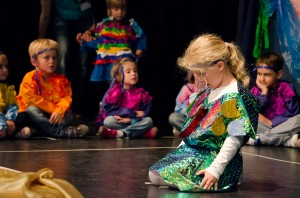Beim Sommerfest spielen die Kinder Theater